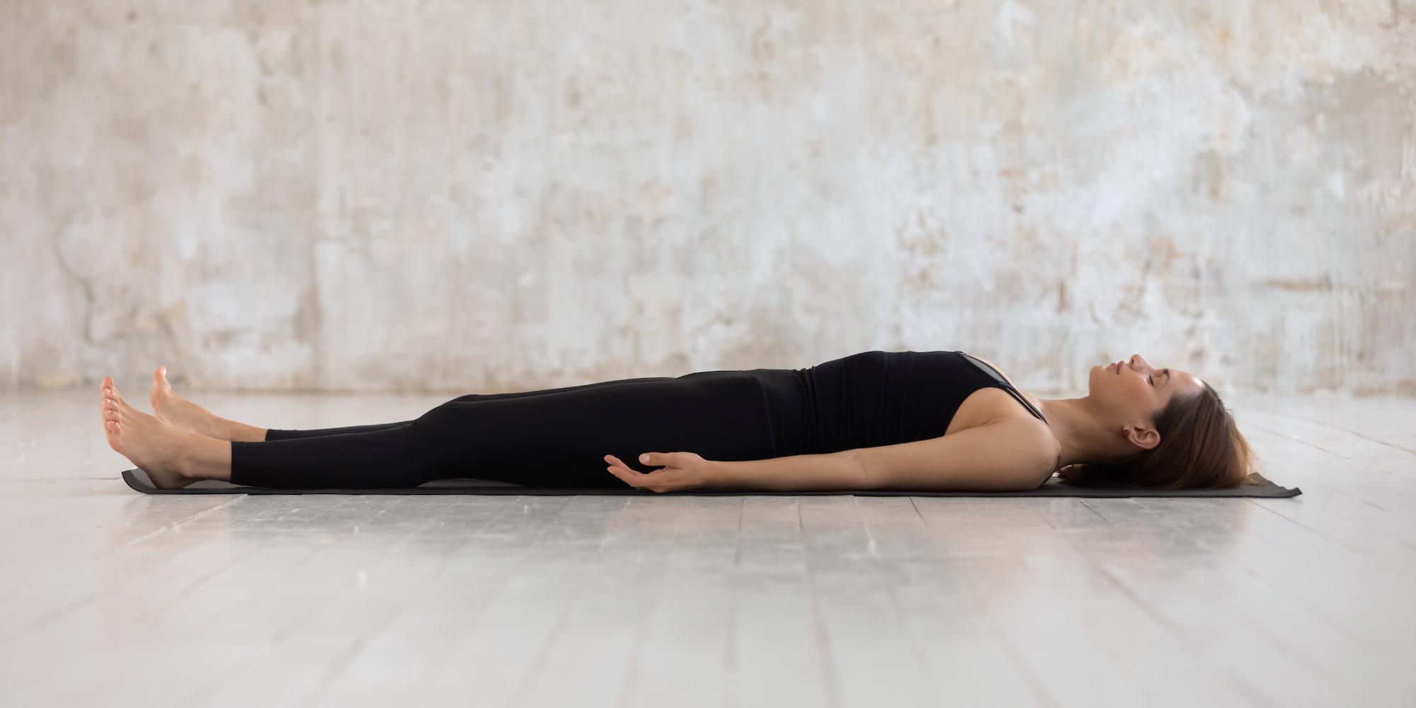 O significado de savasana e benefícios dessa postura